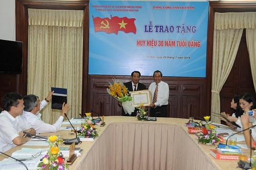Trao tặng huy hiệu 30 năm tuổi Đảng cho đồng chí Bùi Ngọc Hòa, Phó Chánh án Thường trực TANDTC