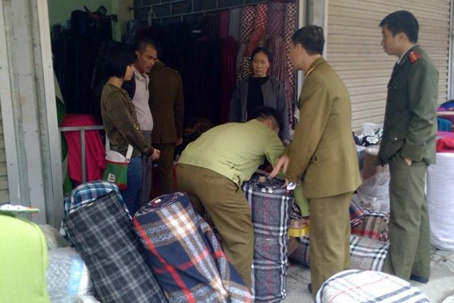 Hà Nội: Hàng trăm nghìn mét vải giả nhãn hiệu bị tịch thu
