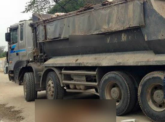 Cô gái trẻ chết thảm dưới gầm xe tải trong tiếng la hét