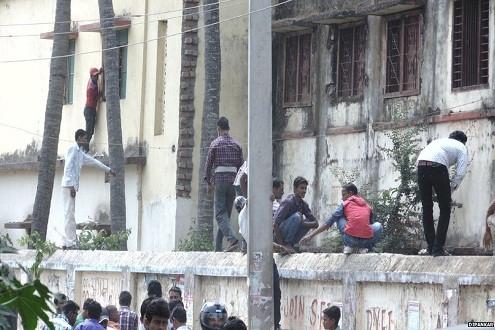 Choáng với cảnh đu tường ném phao của các bậc phụ huynh Ấn Độ