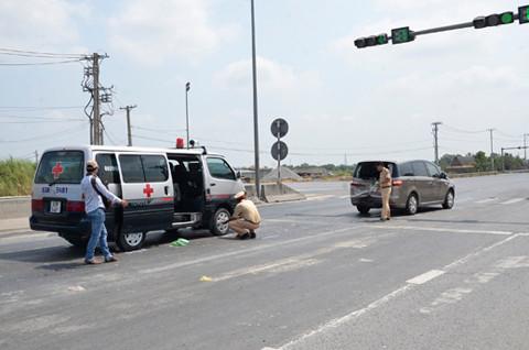 Xe cứu thương tông 2 ô tô trên đường dẫn cao tốc