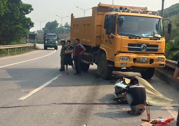 Đi vào đường ngược chiều, 2 người thương vong dưới bánh xe tải