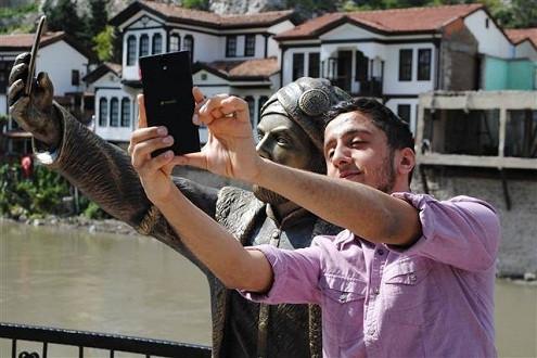 Bức tượng hoàng tử Ottoman chụp ảnh tự sướng bị phá hoại sau vài giờ
