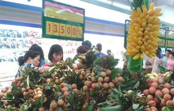 Người tiêu dùng đang chọn mua trái vải tại Co.opmart Hà Nội