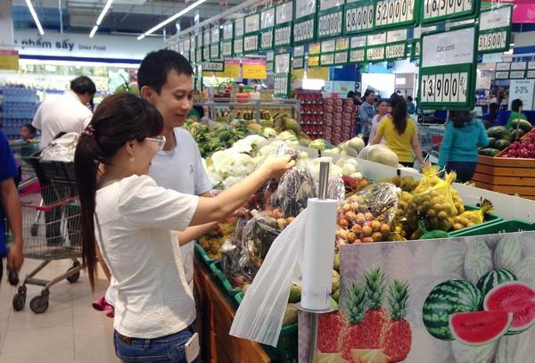 Người tiêu dùng mua trái vải tại Co.opmart Cần Thơ