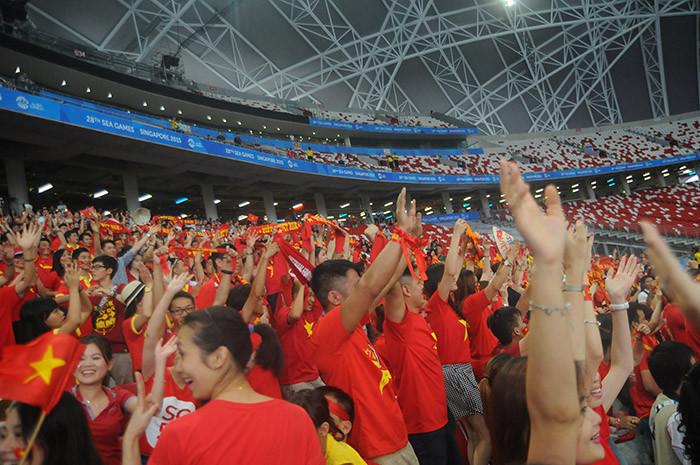 Giành HCĐ, cầu thủ U23 Việt Nam được tặng mũ cối, nón lá