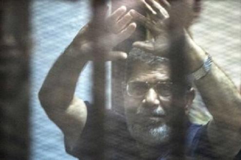 Cựu Tổng thống Ai Cập mỉm cười khi nhận án tử