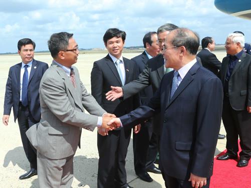 Chủ tịch Quốc hội thăm cán bộ, nhân viên Đại sứ quán Việt Nam tại Hoa Kỳ