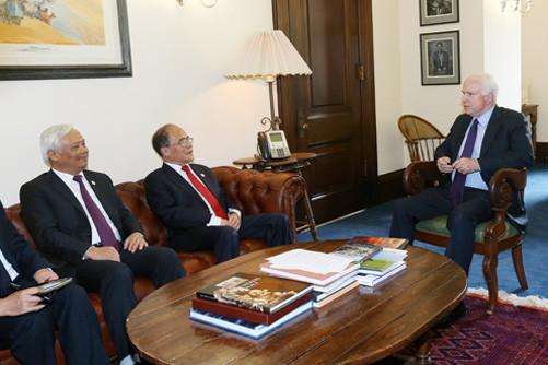 Chủ tịch Quốc hội gặp Chủ tịch Thường trực danh dự Thượng viện Hoa Kỳ Patrick Leahy và Thượng nghị sỹ John McCain