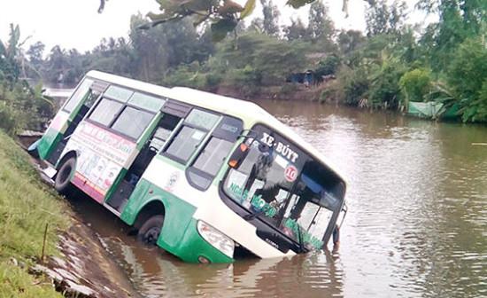 Tin tức tai nạn giao thông ngày 10/10: Xe buýt lao xuống sông  ở U Minh Thượng