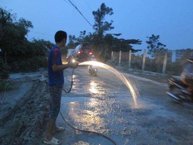 Con đường xuống cấp, quanh năm bụi phủ trắng nhà dân