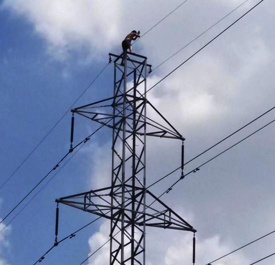 Thanh niên nghi ngáo đá vắt vẻo trên đường dây điện 110KV