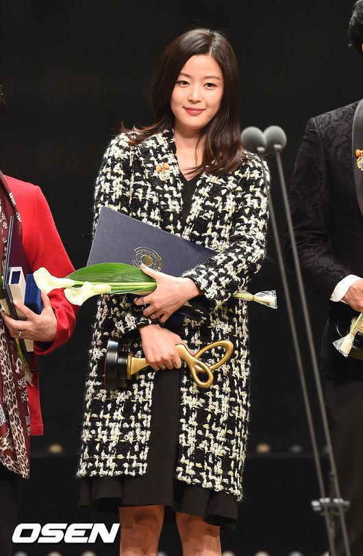 Chị Chảnh Jeon Ji Hyun lộ rõ bụng bầu 7 tháng