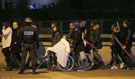 Chùm ảnh CĐV hoảng loạn tại SVĐ Stade de France vì vụ đánh bom liều chết