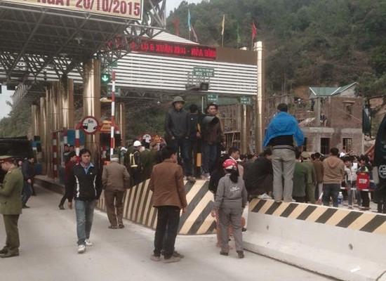 Dân tiếp tục chặn Trạm thu phí Xuân Mai-Hòa Bình, Quốc lộ 6 ùn tắc kéo dài