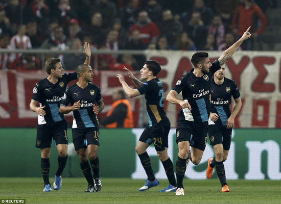 Giroud lập hat-trick, Arsenal lách mình qua khe cửa hẹp