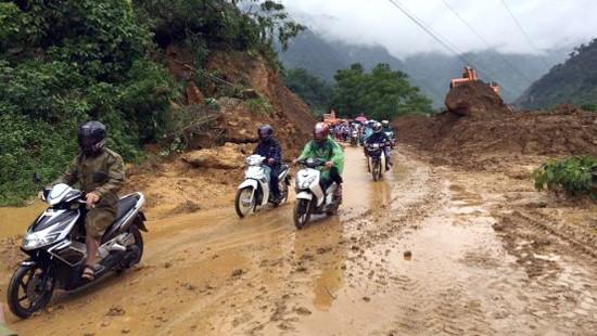 Hòa Bình: Quốc lộ 6 mưa lớn làm sạt lở, ách tắc giao thông