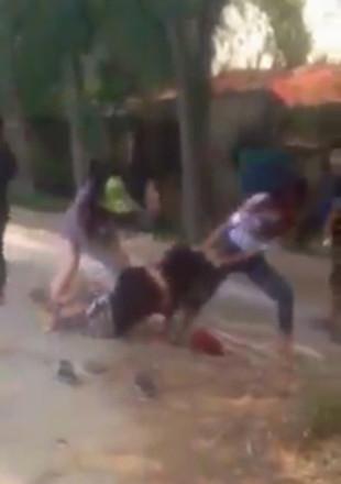 Nữ sinh bi lột đồ, đánh đập dã man