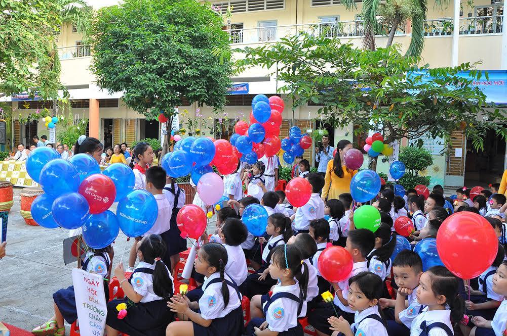 Viet Capital Bank dành hàng nghìn suất học bổng và quà tặng dịp năm học mới