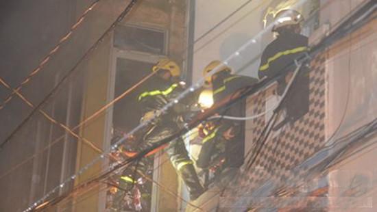 Tẩm xăng đốt vợ và con trai 4 tháng tuổi rồi cướp tài sản