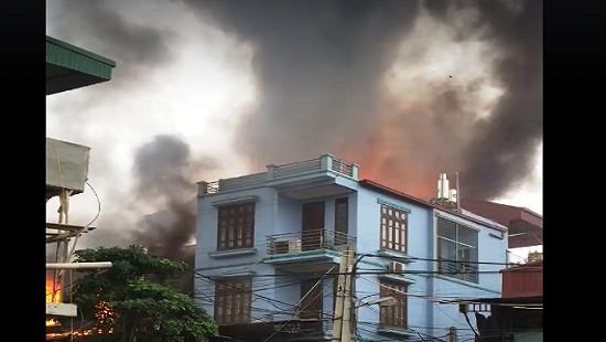 Clip cháy lớn tại xưởng sản xuất hàng nội thất