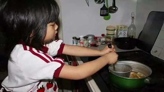 Câu chuyện xúc động về người mẹ ung thư dạy con gái 3 tuổi làm việc nhà