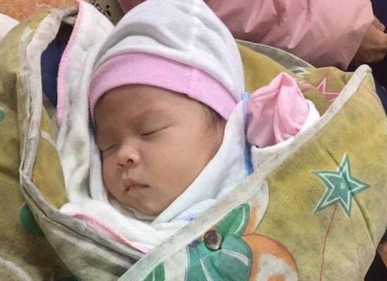 Bé gái 1 tháng bị bỏ rơi trong chiếc làn gần cổng chùa