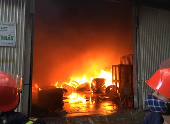 Hà Nội: Cháy lớn tại KCN Ngọc Hồi, hàng ngàn mét vuông nhà xưởng bị thiêu rụi