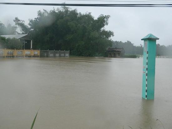 Quảng Ngãi: Nhiều nơi bị ngập sâu trong biển nước