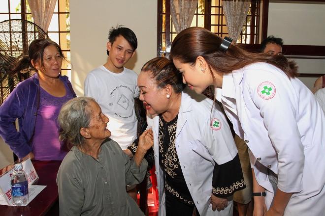 """Phạm Hương kết thúc hành trình thiện nguyện suốt năm 2016 xứng danh""""Hoa hậu Quốc dân"""""""