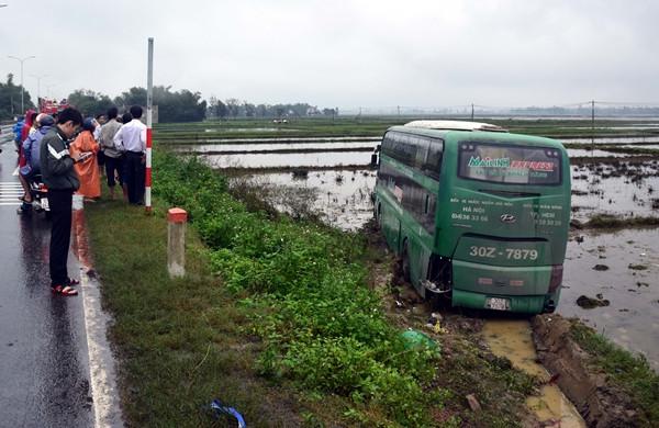Quảng Nam: Tránh xe máy, xe khách lao xuống ruộng