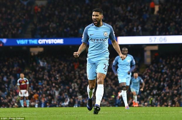 Premier League: 10 người Man City đánh bại Burnley
