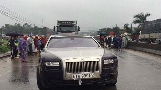 Hà Tĩnh: Xe ô tô Rolls Royce tông xe máy, 2 người thương vong