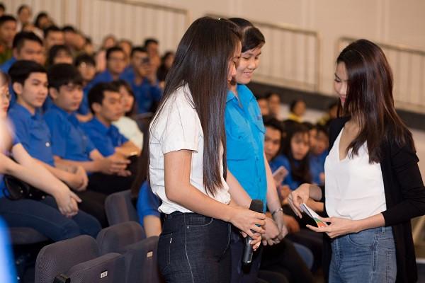 Lan Khuê tặng vé xe cho học sinh, công nhân nghèo về quê ăn Tết