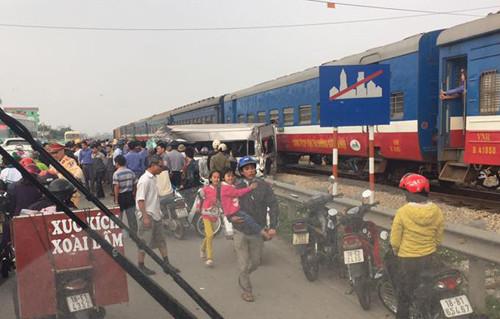 Nam Định: Tàu hỏa húc văng xe 16 chỗ, nhiều người thương vong
