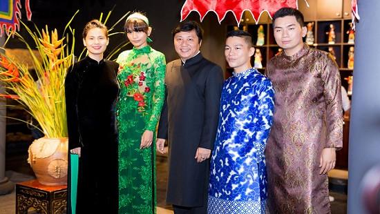 Trương Thị May lần đầu diện áo dài xuyên thấu đọ dáng bên dàn sao Việt