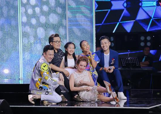 Nguyên Khang và bé Bảo Ngọc làm MC