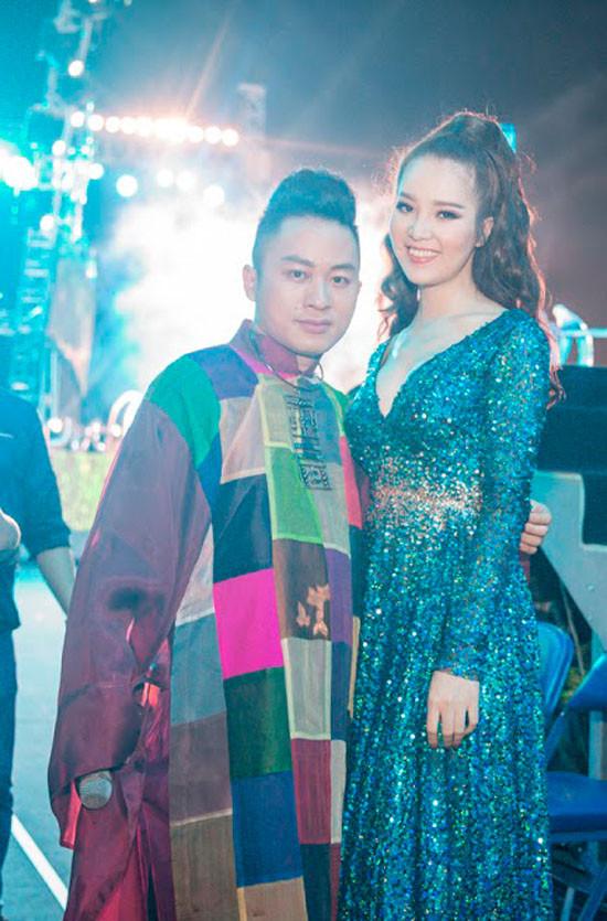 Á hậu Thuỵ Vân đọ chân dài với Hà Hồ