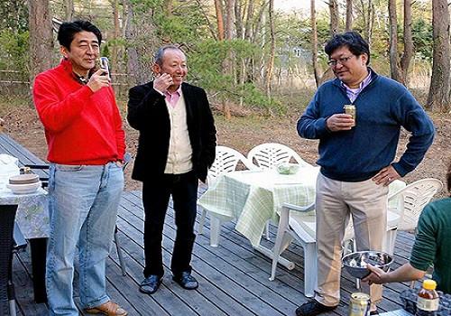 Tỉ lệ ủng hộ Thủ tướng Nhật xuống đáy vì bê bối thiên vị bạn thân
