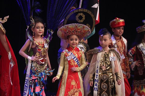 Khánh Linh và Hữu Nhật trong trang phục truyền thống