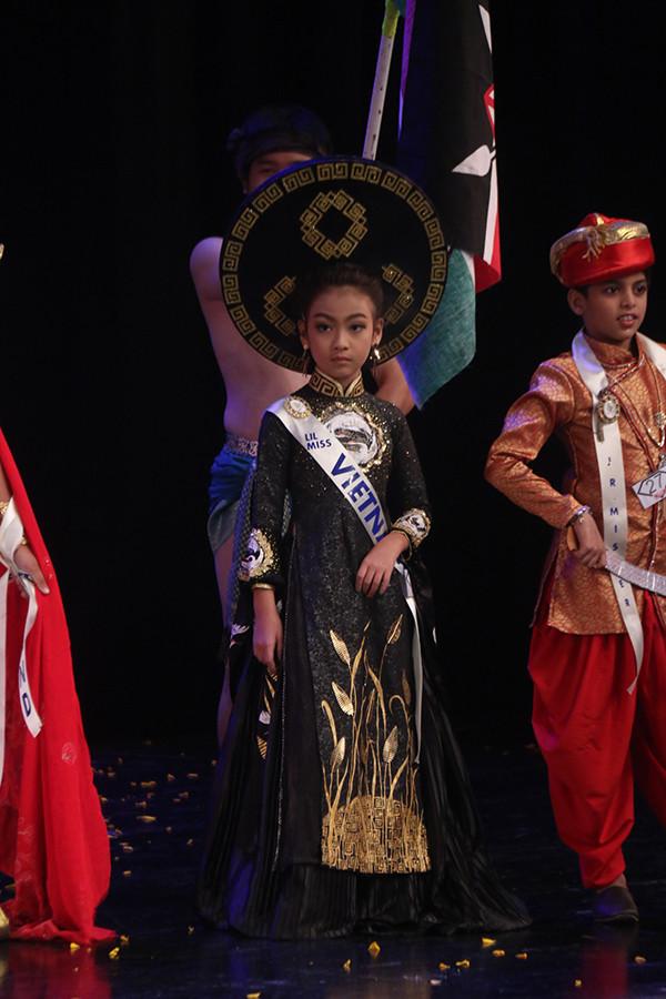 Huyền Vy với áo dài Việt