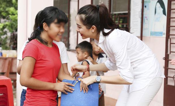 Á hậu Lệ Hằng tận tình nấu ăn cho trẻ em nhiễm HIV