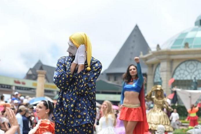 Đoàn nghệ sỹ Sun World Ba Na Hills khuấy động phố đi bộ với những màn trình diễn ngoạn mục