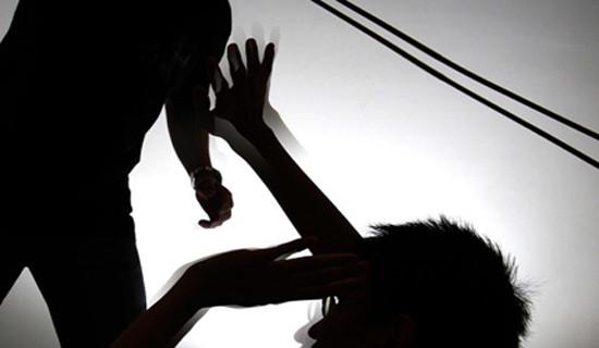 Truy bắt cha dượng đánh chết con riêng của vợ