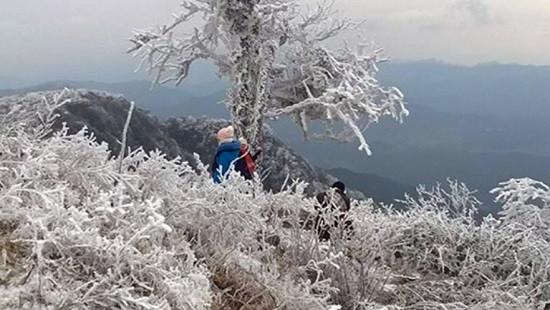 Chùm ảnh: Băng tuyết phủ trắng xóa vùng núi Cao Bằng