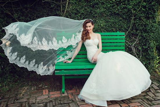 Hồ Ngọc Hà 'hóa' thành cô dâu gợi cảm và quyến rũ