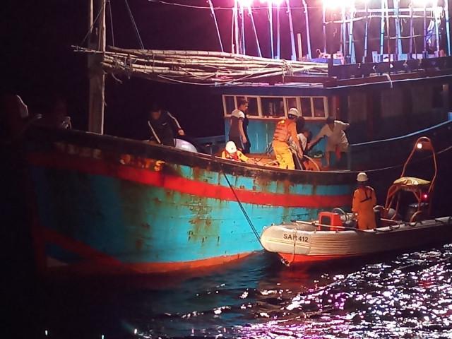 Cứu ngư dân liên tục nôn ra máu khi đang hành nghề trên biển