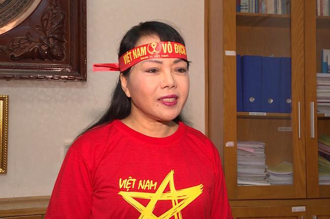 Bộ trưởng Bộ Y tế mặc áo cờ đỏ sao vàng kêu gọi cổ vũ bóng đá an toàn, văn minh