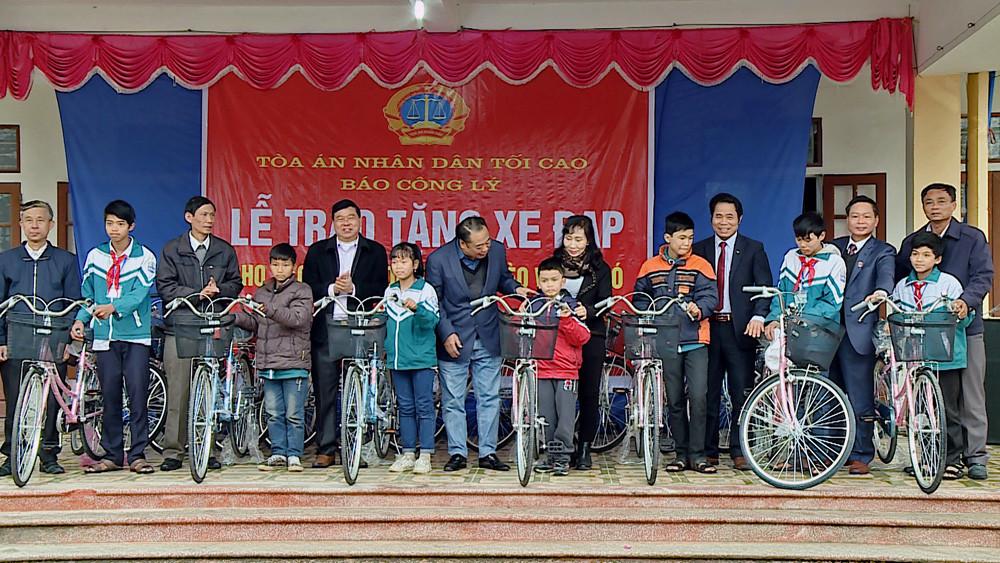 Tặng xe đạp cho các em học sinh xã Liên Bảo (Nam Định)