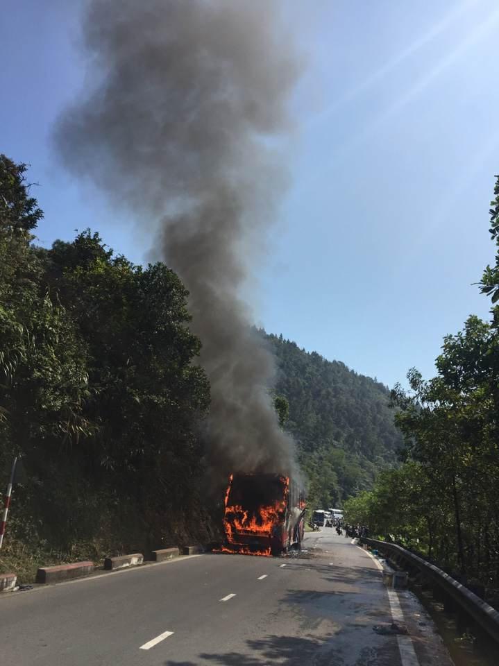 Xe chở khách nước ngoài bốc cháy trên đèo Hải Vân